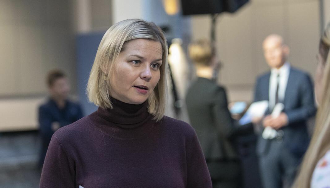 Kunnskapsminister Guri Melby vil kompensere fylkeskommunene for korona-utgiftene og deler ut 100 millioner ekstra til smittevern i videregående.