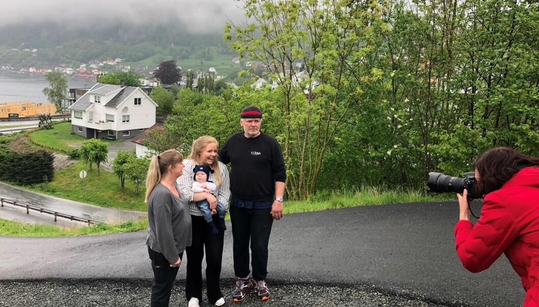 Fotograf Marie von Krogh tar bilder av Sandra Nising Vatland og foreldrene Marianne Nising (f.v.), pappa Sigve Vatland og sønnen Samson i Hjelmeland, der Sandra ble tatt som gissel i barnehagen for 20 år siden.