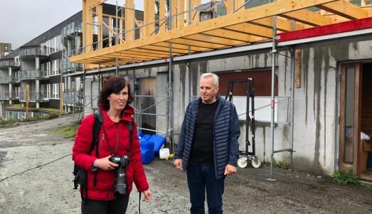 Første steg sin fotograf Marie von Krogh sammen med Jarle Sylta tilbake på tomta til gamle Hjelmeland barnehage der hans to barn ble holdt som gissel sammen med 23 andre barn og ti ansatte for 20 år siden. Nå er barnehagen revet.