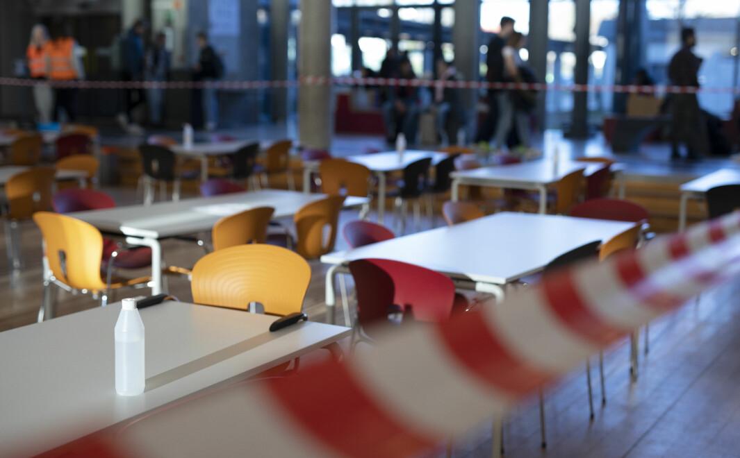 Vanligvis vrimler det i kantina på Sandefjord skole. Nå er dørene stengt og rommet helt tomt.