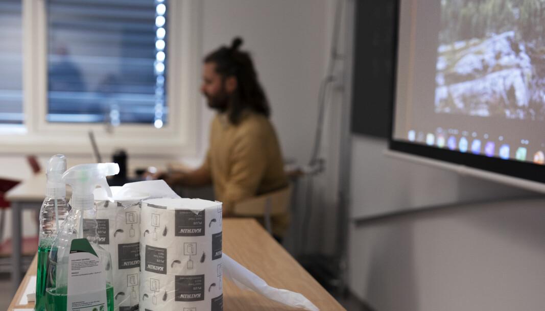 Lærer Paul Johan Gustad. Og alle rullene med tørkepapir.