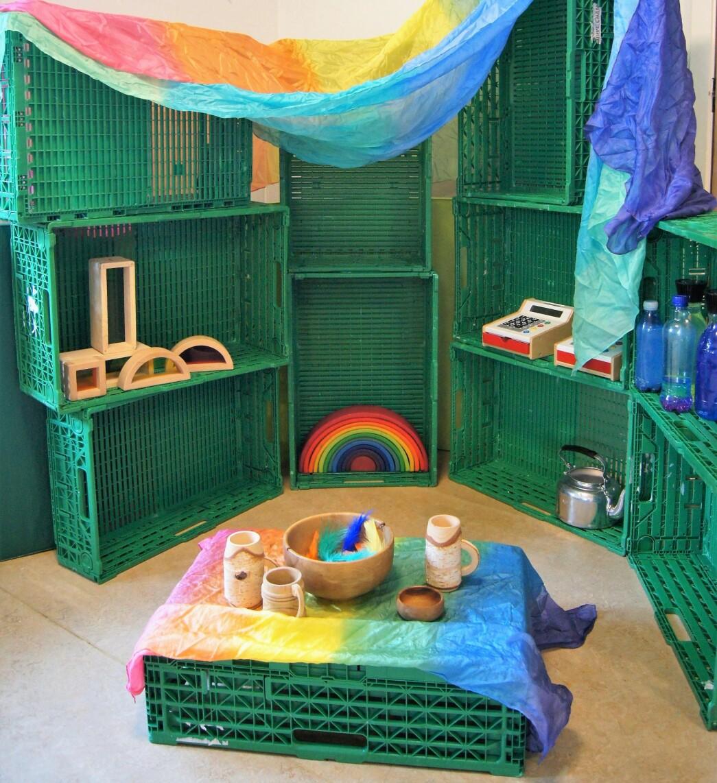 Ved å låne noen grønne matkasser for en periode kan barna skape fantastiske byggverk. I barnas hender trylles de om til redskaper for fantasien. Kassene tillater barna å bygge opp en idé – uansett om de trenger en scene til konsert, vil bygge en butikk eller vil gjenskape ferien i campingbil.