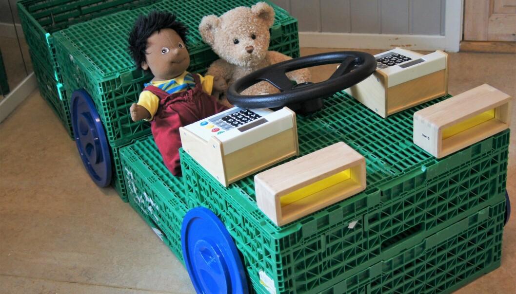 Gi barna tilgang på minst ti kasser, og se hva som skjer. Tilfør flere om dere har plass, og om dere ser at barna vil utvide byggeprosjektene sine. Det er en god idé å tilby kassene sammen med annet åpent materiell som stoffer, klesklyper, vognhjul og lommelykter. Da kan det være barna får inspirasjon til å bygge kjøretøy som raketter, ubåter og renovasjonsbiler.