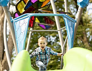 – Fireåringen vil heller klatre i klatrestativet enn å perle. Etterpå, får jeg lyst til å si. Hvis ikke kan det gå til helvete om et par år