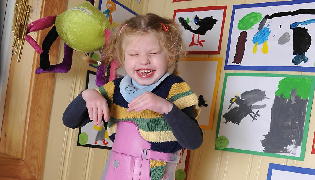 Takket være hjelpemidler kan multihandikappede Ellinor Wold være i barnehagen. Ellinor bruker ståskall, der hun trener musklene til å holde kroppen oppe samtidig som hun kan ha leker i ansiktshøyde.