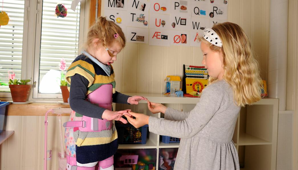 Siden Ellinor er blind, har Ingrid Steffensen Nilsen og de andre barna lært seg å være forsiktige og å kommunisere med ord og berøring.