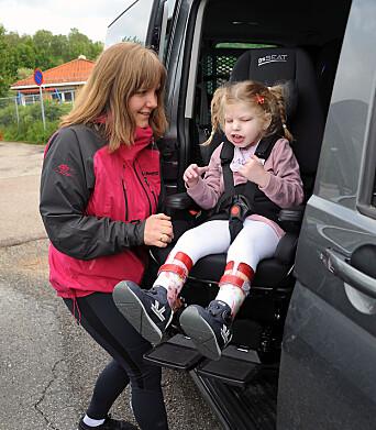Mamma Christina Wold hjelper Ellinor ut av bilen, over i rullestolen og inn i barnehagen. Vanligvis kommer hun med taxi.