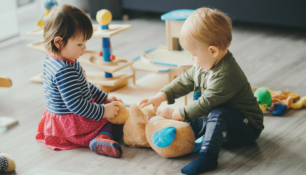 Observasjonen av tre toåringer i en barnehage viser at de foretrekker konsekvent å leke, snakke og oppholde seg i samme rom som de andre toåringene.