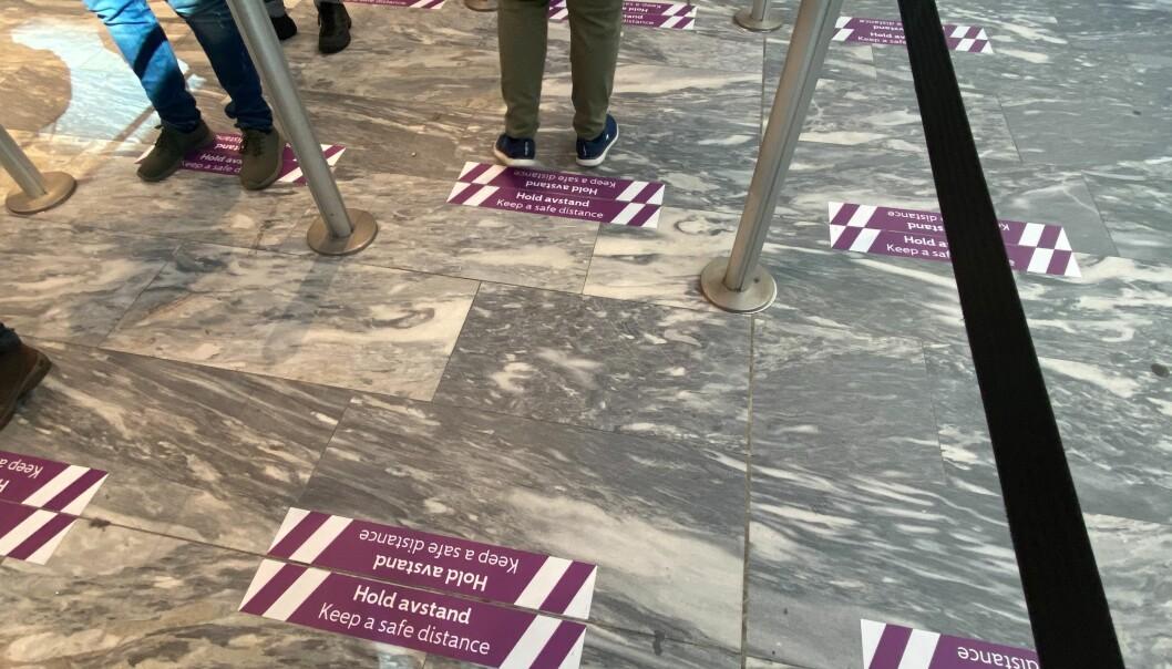 På Oslo Lufthavn Gardermoen er det godt merket at man må holde avstand.