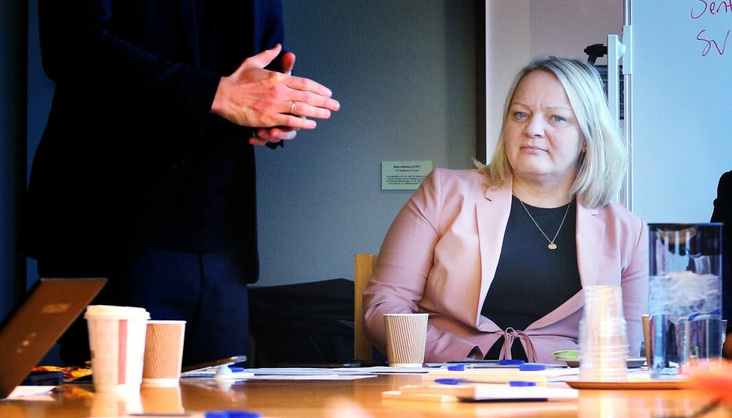 Mona Fagerås (SV) og Ap-leder Jonas Gahr Støre kritiserer regjeringen for å hasteinnføre rødt nivå i ungdomsskoler og videregående skoler.