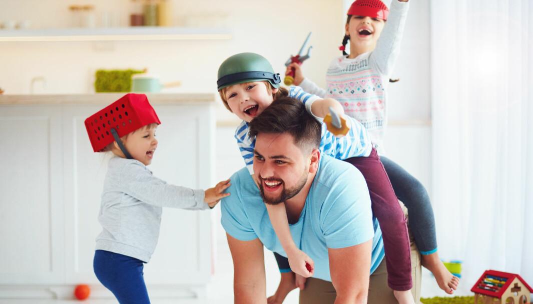 Å arbeide med humor kan være utfordrende, og det krever mye av personalet i barnehagen, men humor og glede kan åpne uante pedagogiske muligheter, skriver artikkelforfatteren