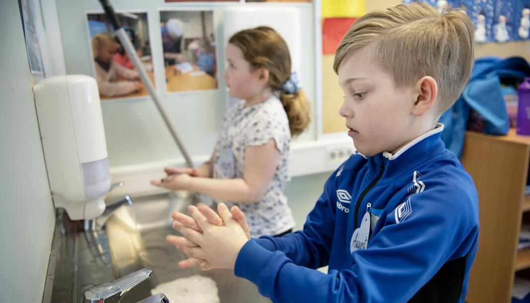 Folkehelseinstituttets studie viser at barneskoleelever i liten grad bringer koronasmitte videre på skolen. Bildet er fra da Tromsdalen skole åpnet dørene igjen etter nedstengingen i vår. August og Kari vasker hendene grundig.
