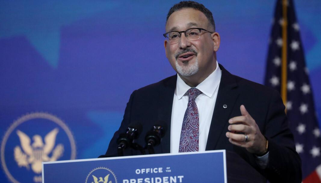 Styrking av det offentlege utdannings-tilbodet og å gje fleire økonomisk moglegheit til å ta høgare utdanning har vore blant fanesakene til Miguel Cardona, som ligg an til å bli ny utdanningsminister i USA.