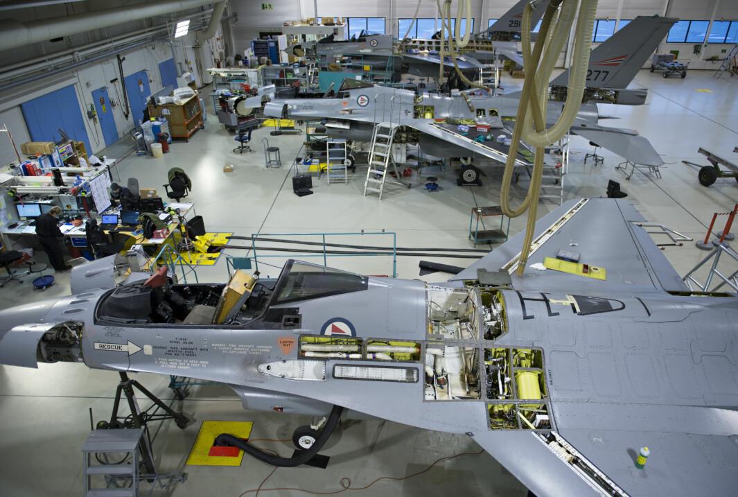 Flere eksemplarer av jagerflyet F-16 er til overhaling i vedlikeholdshangaren i Bodø flystasjon.