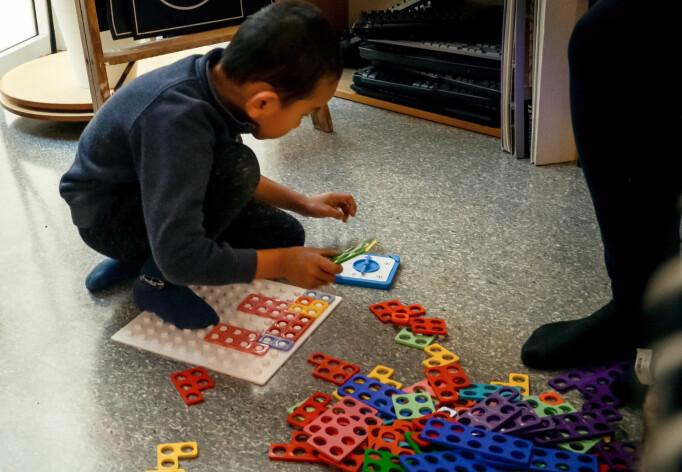 Lucas spiller mengdespill med seg selv.