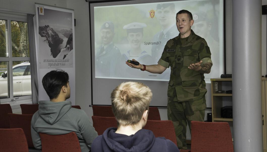 Sesjonsplanlegger Terje Bårsaune tar imot de unge som kommer på sesjon, og forteller hva de har i vente.