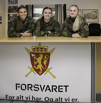 Nora Kløften (i midten) har yrkesfaglig fordypning (YFF) på sesjonssenteret. Hun blir tatt godt vare på av førsteårslærling Christine Enger (til venstre) og andreårslærling Thea Fikse.