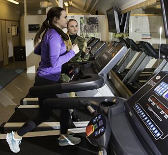 Er du utplassert i Forsvaret, må du også ha med treningstøy. Nora Kløften får prøve seg på den fysiske testen, mens Thea Fikse instruerer.
