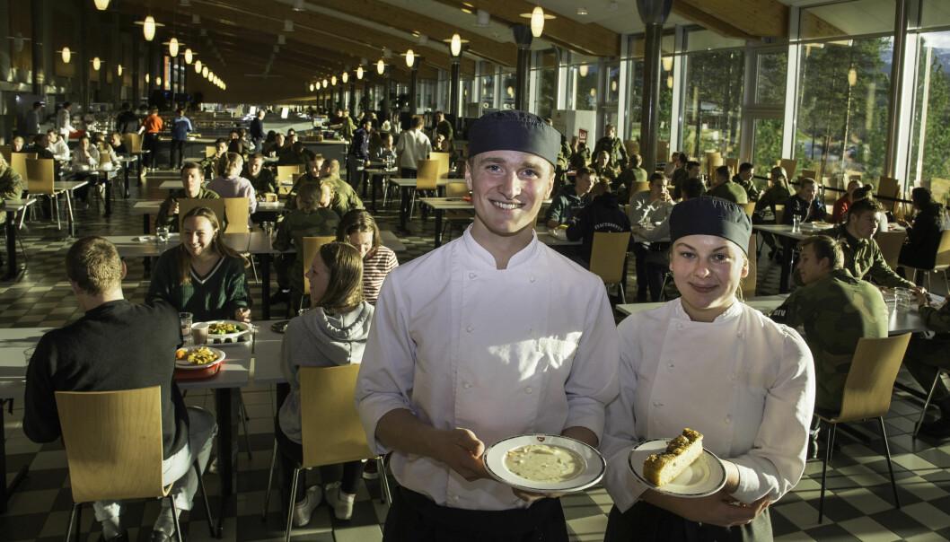 Henrik Owe og Julie Lundberg lager mat til over tusen hver dag.