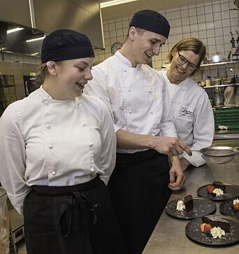 Henrik Owe koser seg med å lage desserter, og her får sjokoladekakene et lett melisdryss. Kjøkkensjef Anne Line Vassbakk Løyning (bak) og lærling Julie Lundberg følger med og lager god stemning.