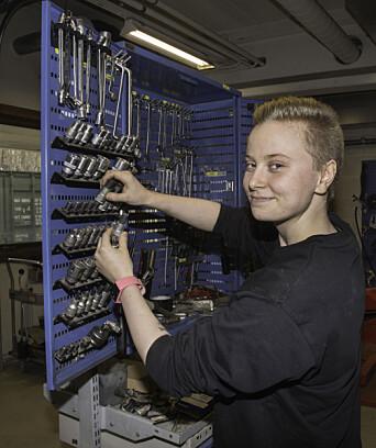 Anna Marie Godtlibsen er førsteårslærling og i gang med å gjøre seg kjent på Setermoen tekniske verksted.