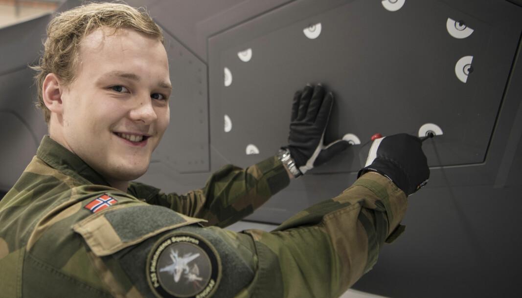 Ruben Henriksen skrur på en F35, på veien mot å ta fagbrev som flysystemmekaniker.