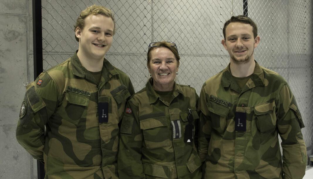 Lærlingkoordinator Hild Salo besøker lærlingene Ruben Henriksen (til venstre) og Robin Mogstad på Ørland flystasjon.