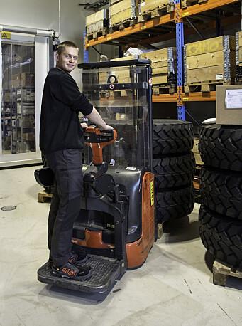 Noen har bestilt dekk, og logistikklærling Kristian Bøen finner dem på lageret.