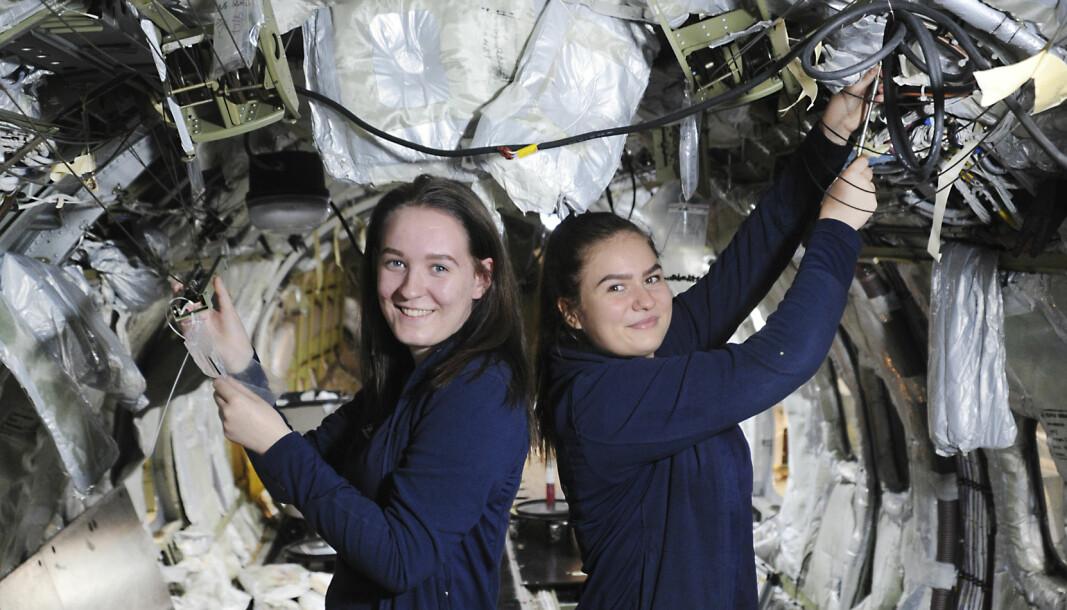 Sol Vilde Nordmeland og Trine-Lise Antonsen er andreårs lærlinger i Widerøe Technical Services i Bodø.