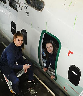 Trine-Lise og Sol Vilde. inne i flykroppen.