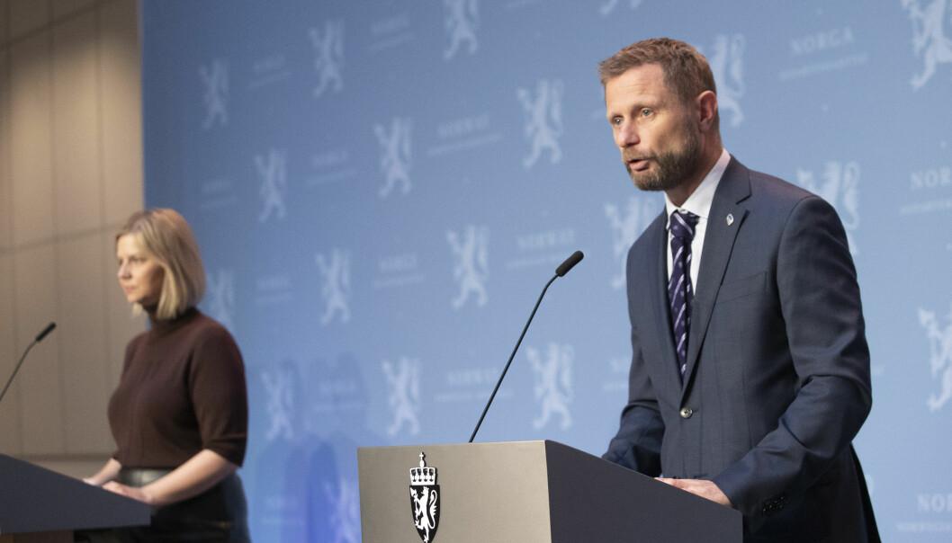 Kunnskapsminister Guri Melby og helseminister Bent Høie på en tidligere pressekonferanse.