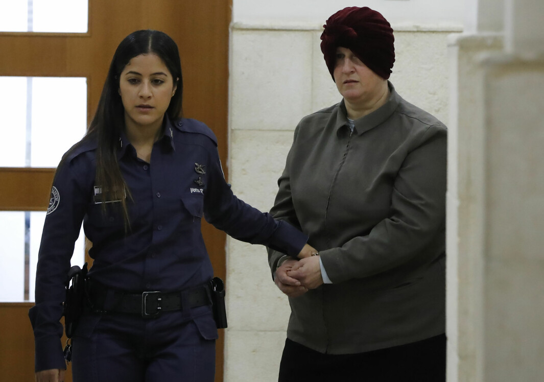 På dette bildet fra februar 2018 føres Malka Leifer inn i rettssalen i Jerusalem. Den tidligere australske læreren er nå utlevert til Australia.