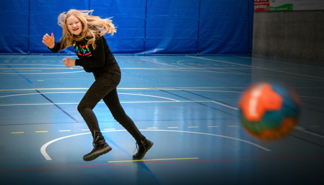 Nelly spilte håndball på fritiden da hun var yngre, nå er det i kroppsøvings-timene hun får trent skuddarmen.