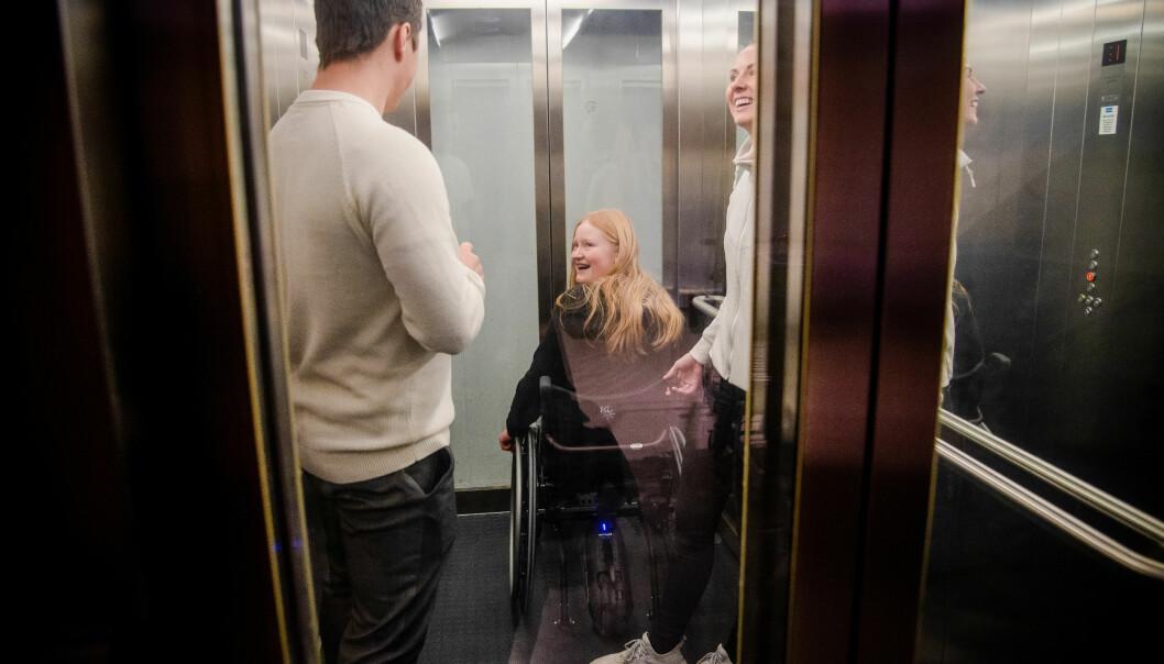 Hokksund ungdomsskole har universell utforming og er tilpasset alle elever. Heisen gjør at Nelly kommer seg ned til gymsalen med stolen.