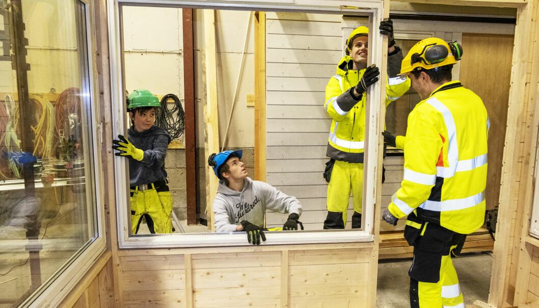 Willy Andreas Pearsson, Marius Sørheim Hove, Alexander Rathe Bye og Johannes Øvrebø (med ryggen til) er alle stolte av drivhuset de har bygd, kun av gjenbruksmaterialer.
