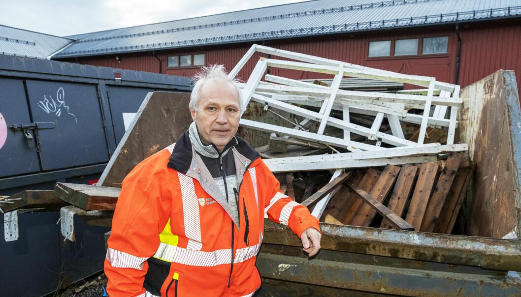 – Ønsket mitt er at alt vi kaster i disse containerne, kan brukes av elevene til å lage nye ting. Målet må være at vi ikke lenger trenger containere for avfallsmateriell ved skolen, sier lektor Knut Hølås.
