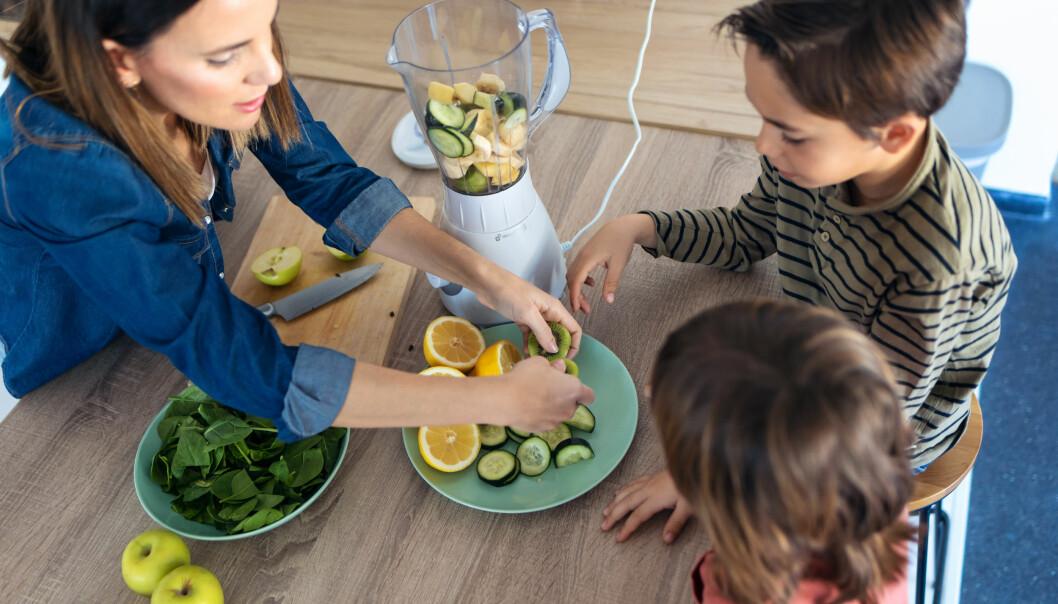 Når det nå forventes at barnehagene skal servere tre fullverdige måltider hver dag, er det bedre å få ernæringskokker inn i barnehagene og la barnehagelærerne slippe fri fra matkaoset, mener høyskolelektor Kari Ryslett.