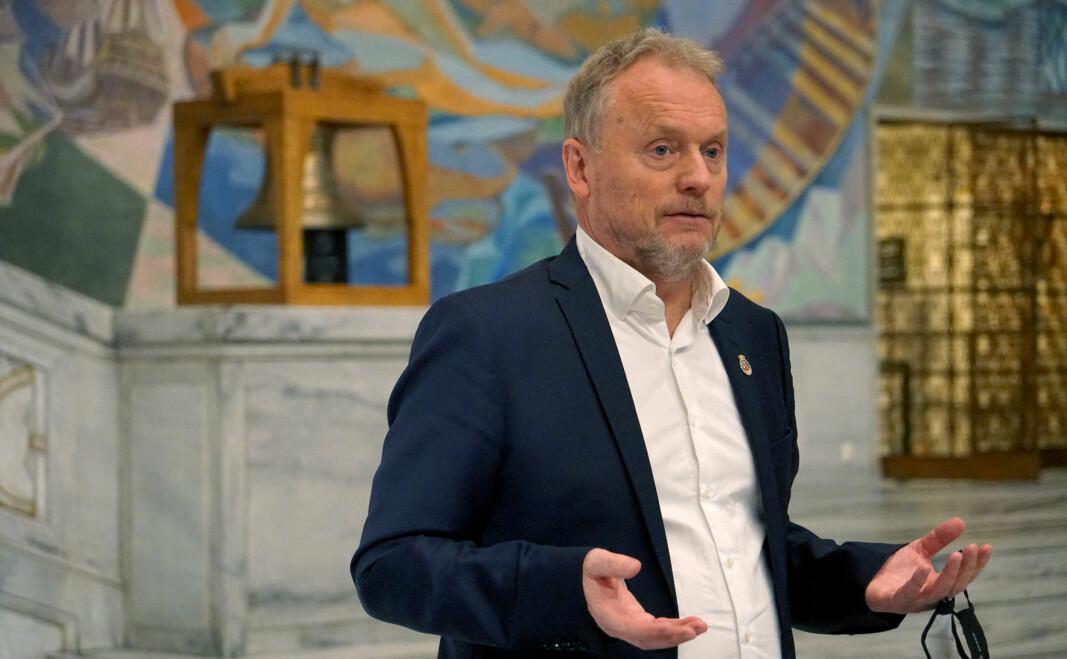 Raymond Johansen er bekymret for den sterke veksten i forbedringsprivatister og mener regjeringen heller bør tilby flere studieplasser.