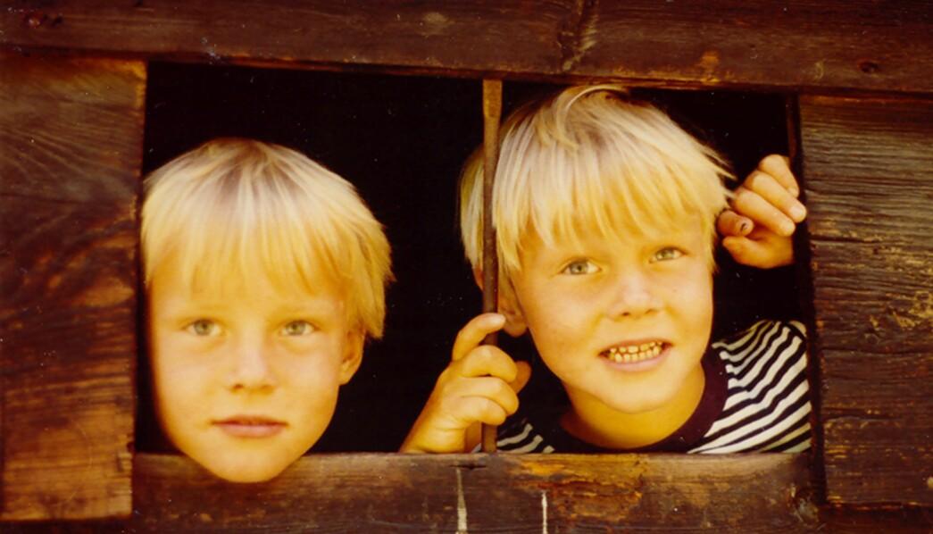 Espen Rostrup Nakstad hadde et nært forhold til tvillingbroren Anders (t.v.), som døde i en helikopterulykke i 2014. Her leker de i en lekehytte, fem år gamle