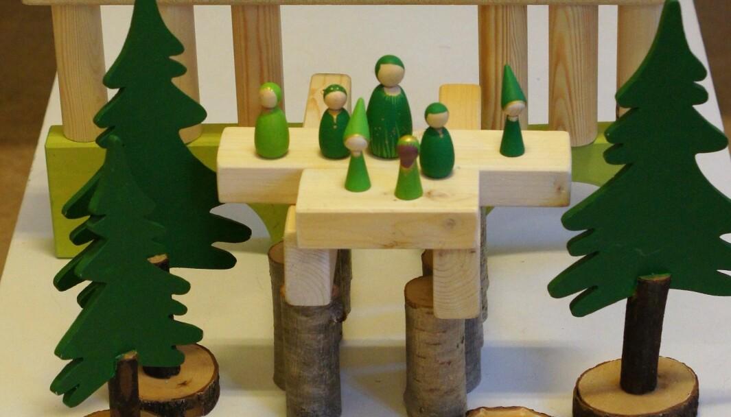 Du kan enkelt lage treklosser selv ved å kappe opp materialer som ikke er impregnert fra trelasthandelen. Det er lurt å kappe dem rett med kappsag. Velg gjerne å lage klosser i bestemte lengder slik at byggverket ikke blir skeivt og vaklete.