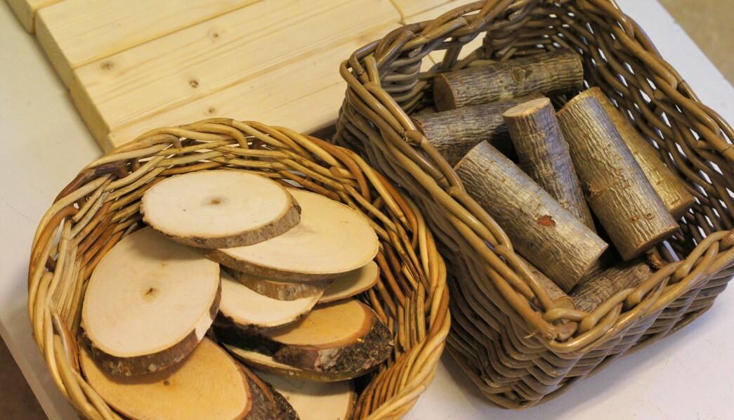 For å supplere leken som oppstår med klossene, kan du tilføre andre elementer og former av tre. Treskiver av greiner og stammer er både vakkert og organisk.
