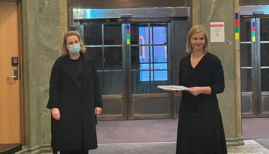 Malin Olsen, ei av initiativtakerne til underskriftskampanjen, overleverte 2200 protester mot ny barnehagelov til kunnskapsminister Guri Melby torsdag. Fredag går høringsfristen ut.