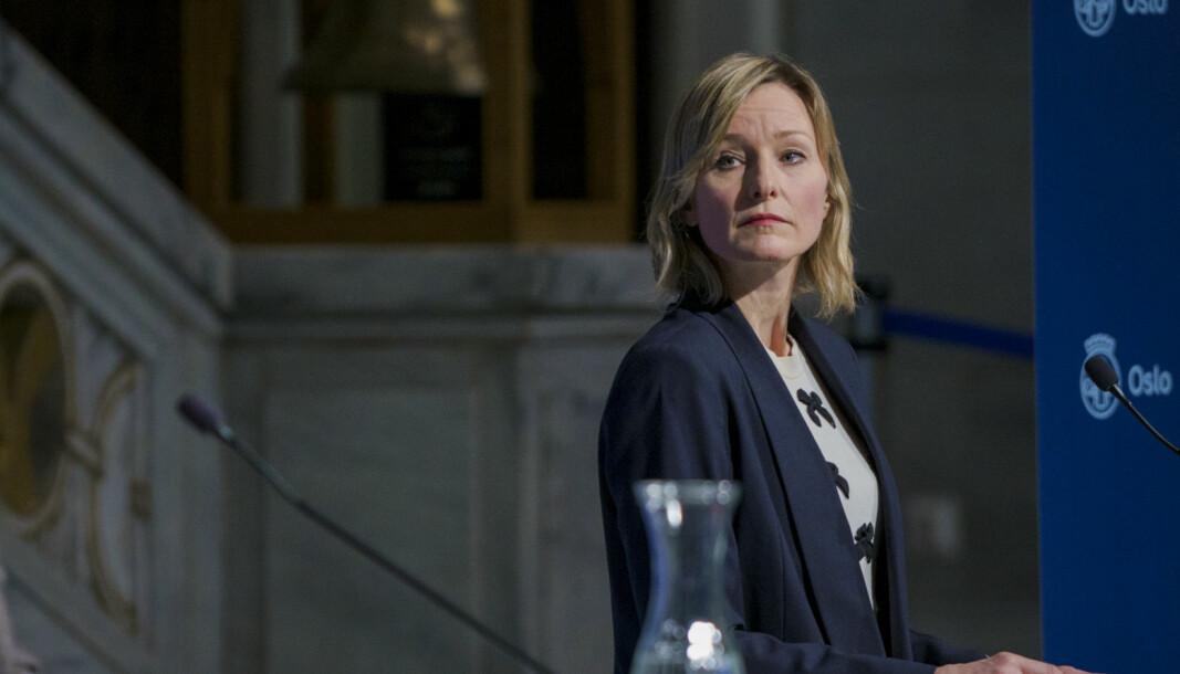 Oppvekst- og kunnskapsbyråd Inga Marte Thorkildsen på pressekonferansen søndag.