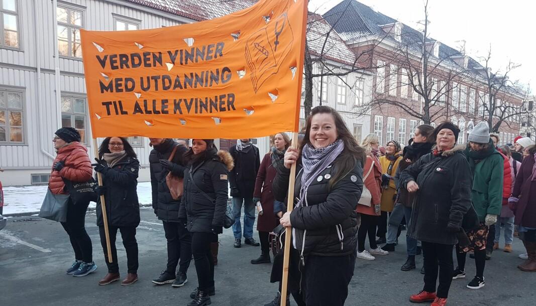 Parolen er velkjent fra 8.marstoget i Trondheim, men viktigere enn noen gang, skriver artikkelforfatterne. Bildet er fra et foregående år.