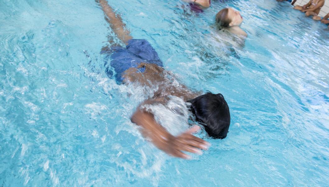 Elever på 4.trinn får svømmeundervisning, men i fjor stengte både skoler og svømmebasseng 12.mars.