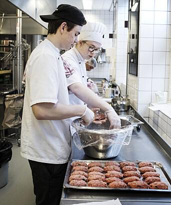 Gustav Longo og Jim Partanen lager presiljejärpar med ovnsristede poteter.