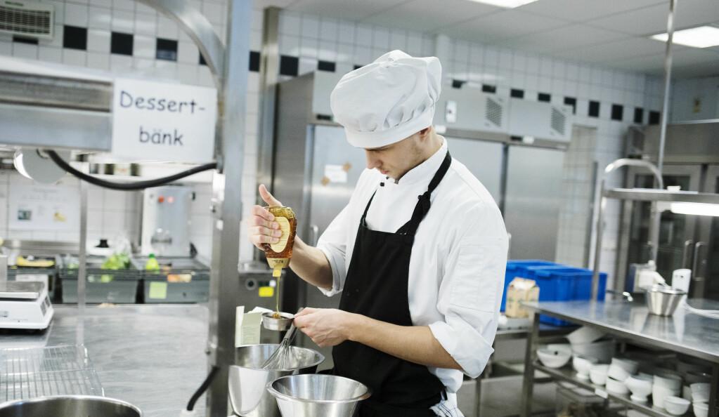 Christoffer er i gang med desserten. På kjøkkenet, akkurat der lærer Linda gjerne vil ha ham, slik at det blir mulig å kunne gi håndfaste råd ansikt til ansikt.