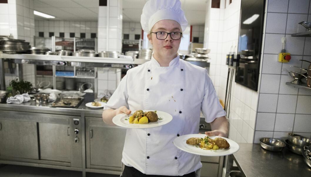En av elevene på skolen, Jim Partanen, har lagd en tradisjonell svensk middag.