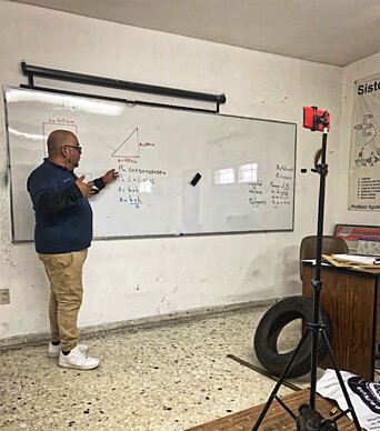 Lærerne er alene i klasserommet.