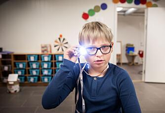 Ved hjelp av et kamera festet til brillen har Sigurd (9) lært å lese